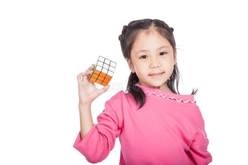 Азиатский ухищренный куб игры маленькой девочки стоковые изображения