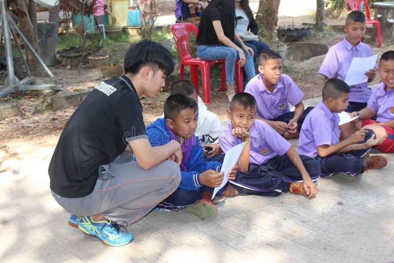 Азиатский учитель учит примечанию музыки для группы студентов стоковое фото