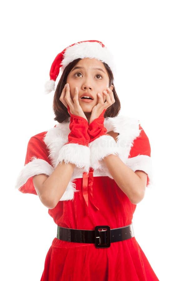 Азиатский удар девушки Санта Клауса рождества и смотрит вверх стоковая фотография rf