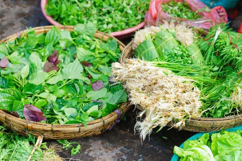 Азиатский уличный рынок продавая свежие листья вещества сада стоковое фото