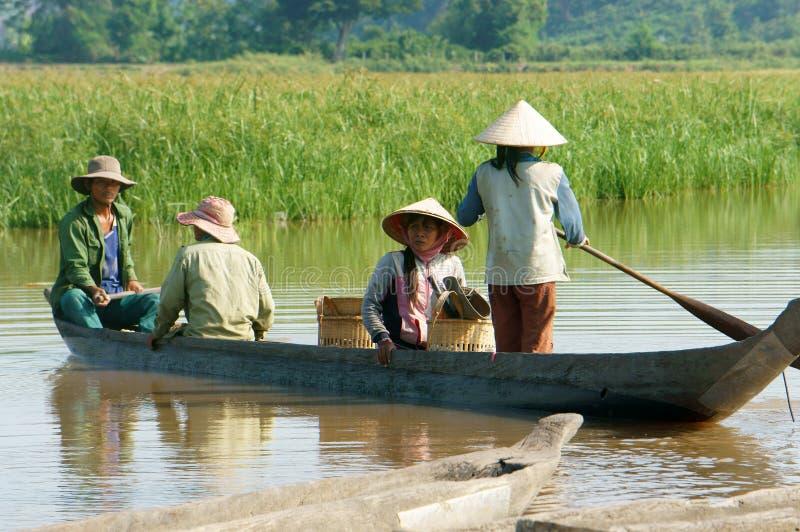 Азиатский фермер, шлюпка строки, семья, идет работать стоковые фотографии rf