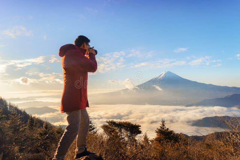 Азиатский фотограф принимая фото ландшафта горы Фудзи с стоковая фотография rf