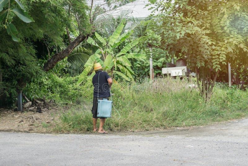 Азиатский человек моча его сад стоковые изображения