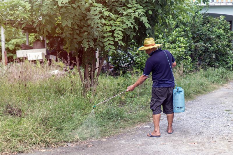 Азиатский человек моча его сад стоковое фото