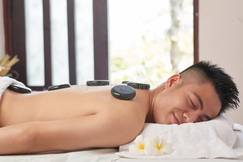 Азиатский человек на роскошном салоне курорта стоковые фото