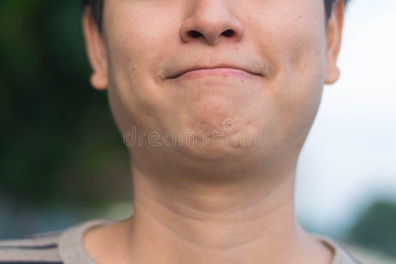 Азиатский человек показывая его счастливый усмехаться стоковая фотография rf