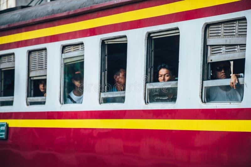 Азиатский человек посмотрел вне из окон поезда стоковая фотография rf