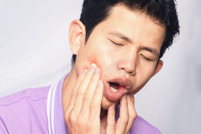 Азиатский человек имеет toothache стоковое фото rf