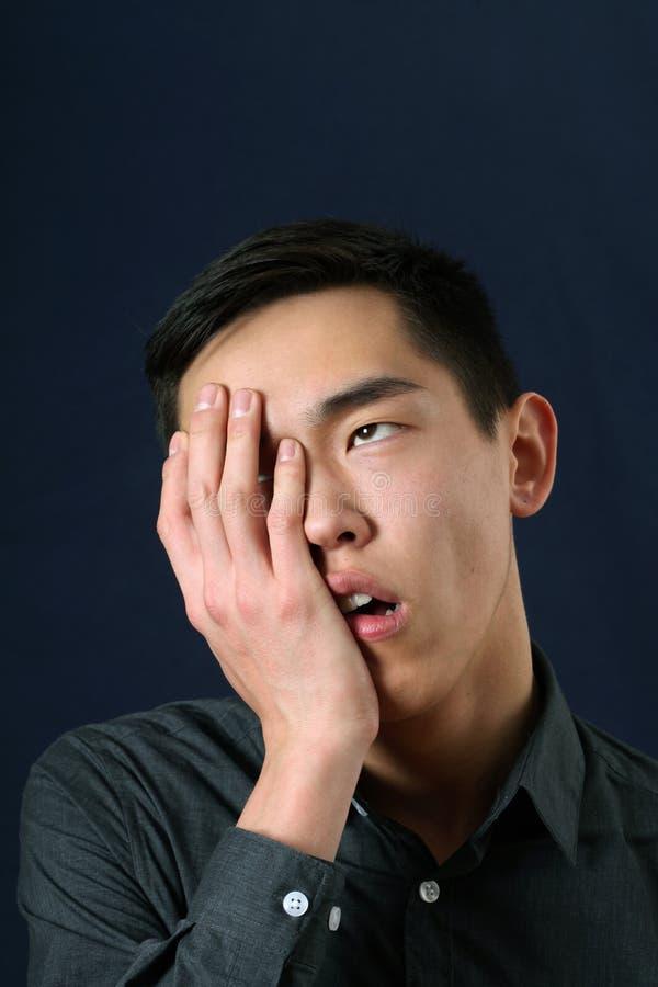 Азиатский человек показывая facepalm и свертывая наблюдает вверх стоковое фото rf