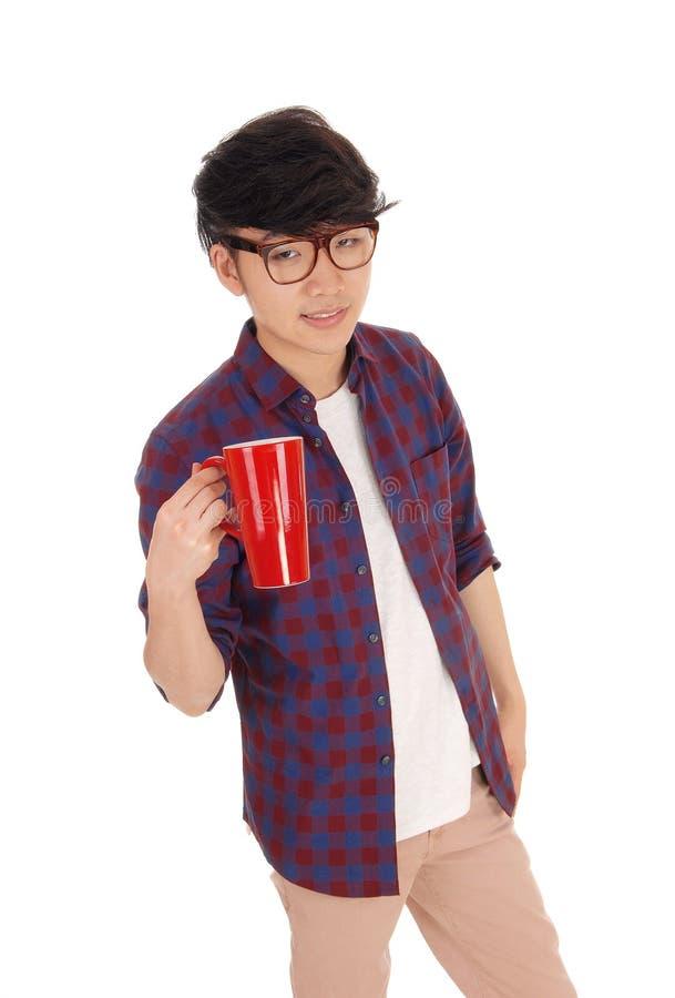 Азиатский человек с тройником кофе стоковое фото rf