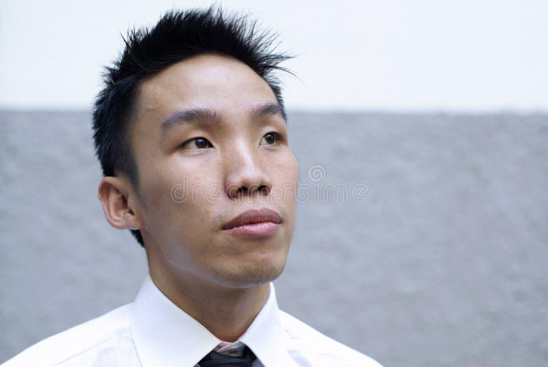 азиатский aspiring исполнительный мужчина взгляда вверх стоковые изображения rf