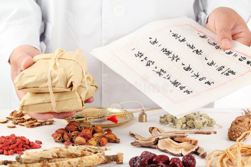 азиатский herbalist делает рецепт стоковые фото