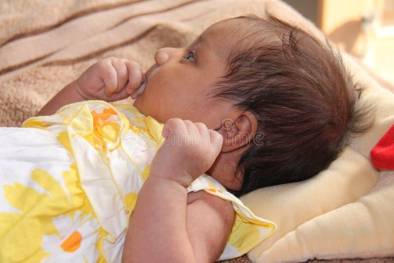 азиатским принесенный младенцем думать девушки новый стоковое фото