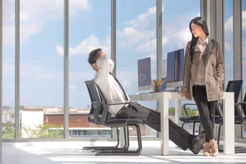 2 азиатских бизнесмена встречают в удобном образе Счастливый стоковые изображения rf