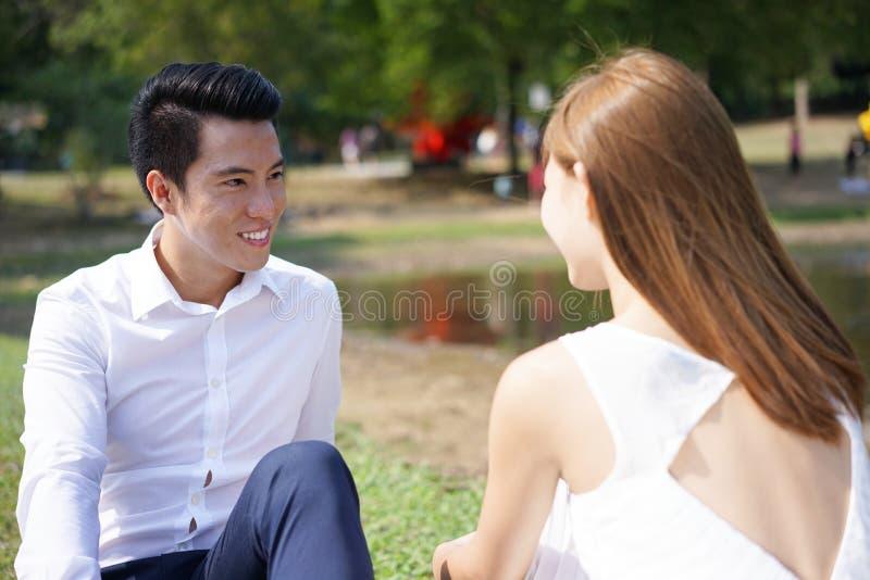 Азиатское датировка пар и смотреть один другого стоковое фото rf