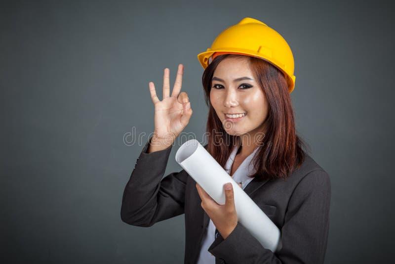Азиатское владение девушки инженера знак и улыбка О'КЕЙ выставки светокопии стоковые изображения