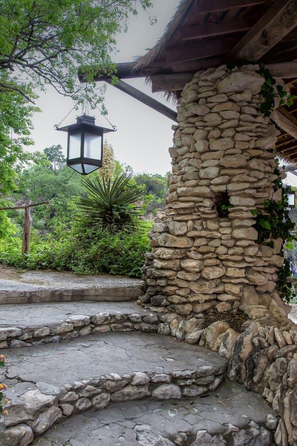 Азиатское газебо с каменными шагами и фонариком стоковые фотографии rf