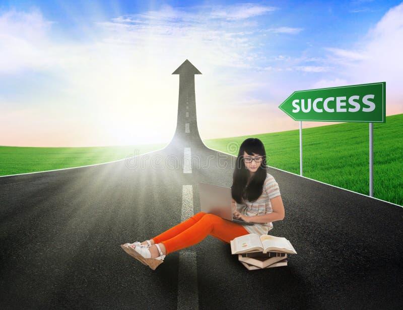 Азиатское исследование студентки на дороге успеха стоковые изображения rf