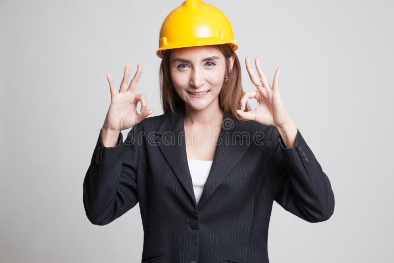 Азиатское О'КЕЙ выставки женщины инженера с обеими руками стоковое изображение rf