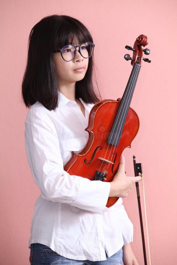 Азиатское предназначенное для подростков с стеклами скрипки стоковая фотография rf