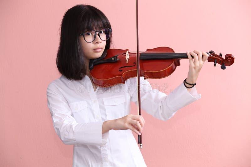 Азиатское предназначенное для подростков с улыбкой стекел скрипки стоковая фотография