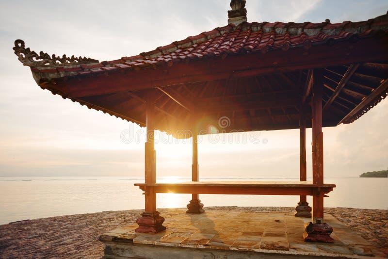 Азиатское традиционное укрытие солнца около океана стоковые изображения rf