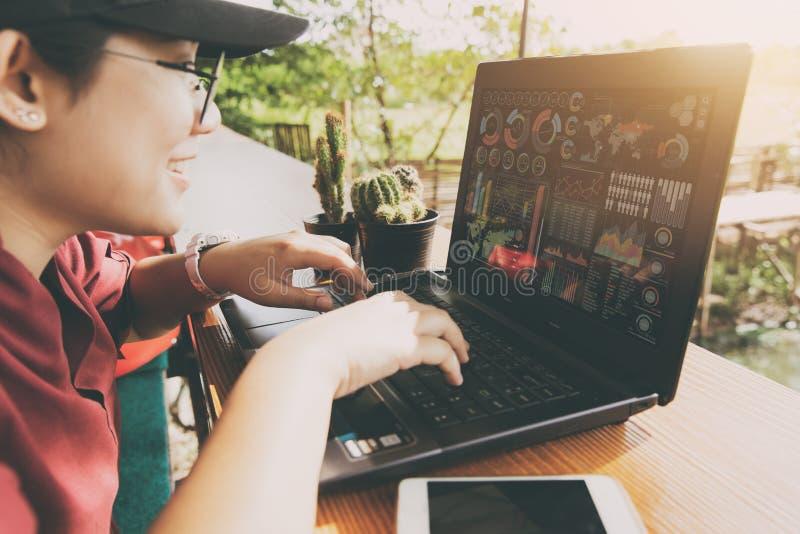 Азиатское тучное предназначенное для подростков используя компьтер-книжку компьютера стоковые фото