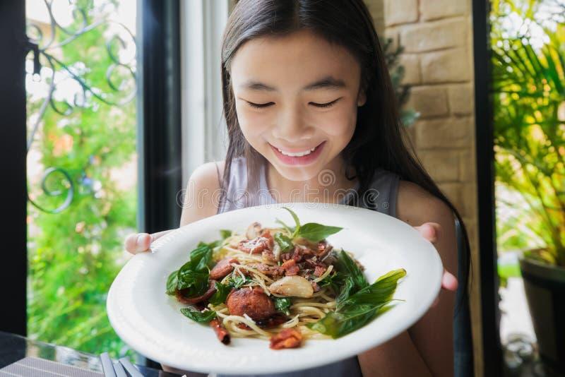 Азиатское spagetti выставки дамы с тайским отбензиниванием еды в restautant стоковое фото rf