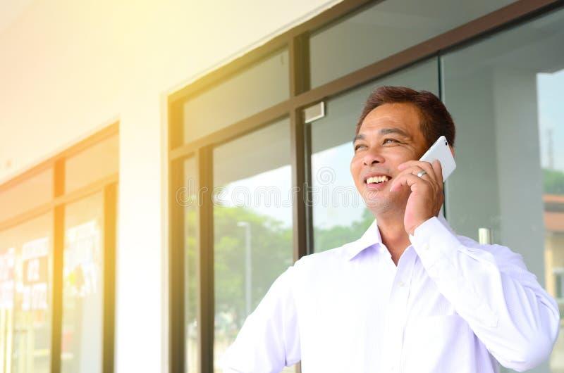 Азиатской бизнесмен постаретый серединой стоковая фотография rf