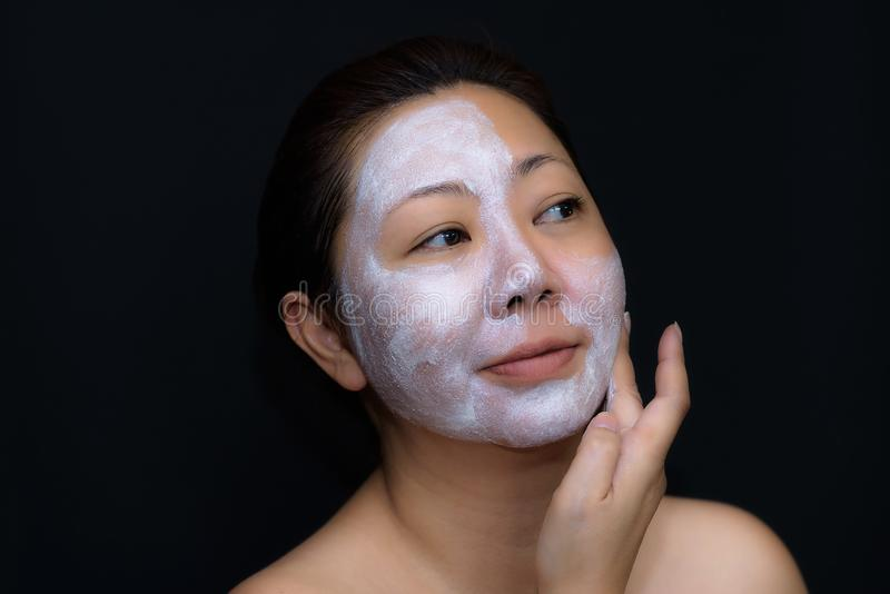 Азиаты средн-постаретые женщины счастливы с лицевым щитком гермошлема для кожи c стоковые изображения rf