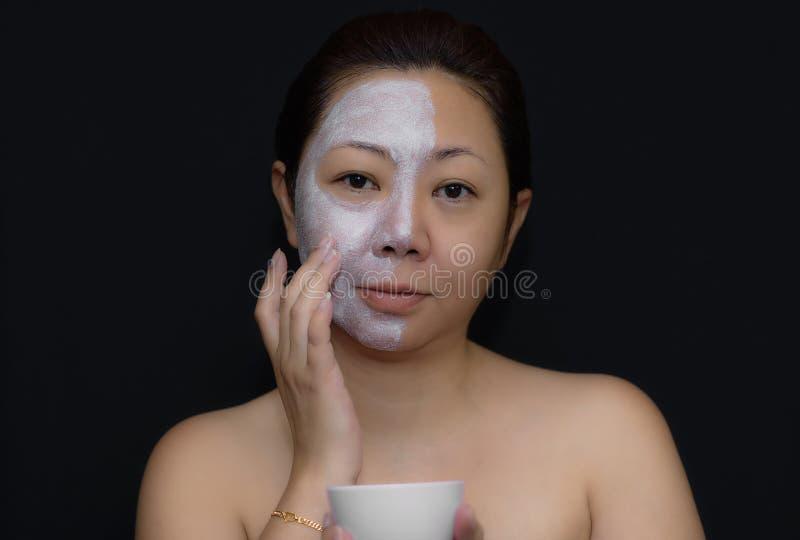 Азиаты средн-постаретые женщины счастливы с лицевым щитком гермошлема для кожи c стоковое фото rf