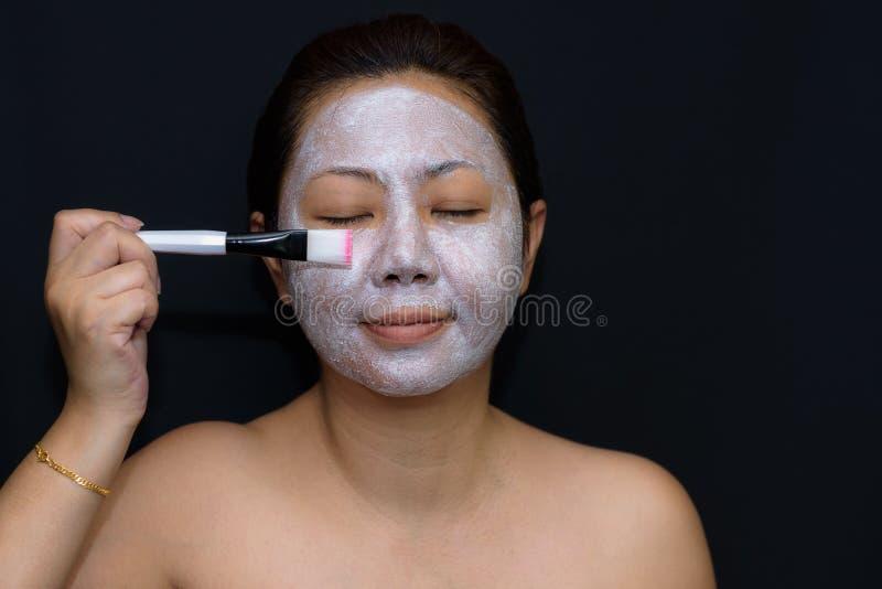 Азиаты средн-постаретые женщины счастливы с лицевым щитком гермошлема для кожи c стоковое изображение rf