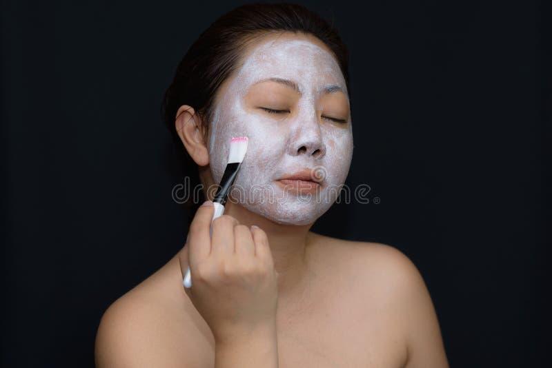 Азиаты средн-постаретые женщины счастливы с лицевым щитком гермошлема для кожи c стоковые фото