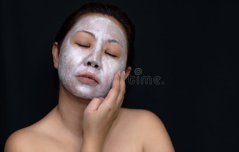 Азиаты средн-постаретые женщины счастливы с лицевым щитком гермошлема для кожи c стоковое изображение