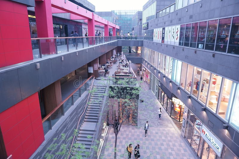 Азиат Китай, Пекин, Taikoo Li Sanlitun, раскрывает район покупок стоковые изображения rf
