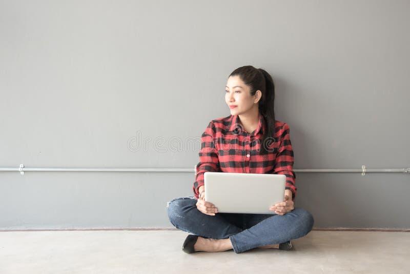 Азиат людей молодых и взрослых людей используя компьютер-книжку стоковые изображения