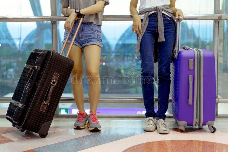 Азиат маленькой девочки совместно укладывает рюкзак aiport стоковые изображения