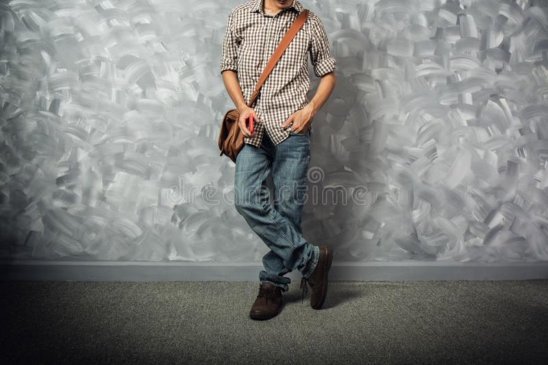 Азиат молодого человека путешественника с кожаной сумкой стоковое фото
