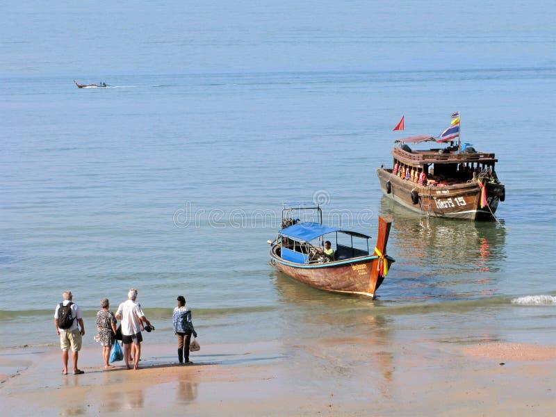 Азия, Таиланд, туристы, отключение моря, шлюпка longtail и деревянный корабль стоковые изображения