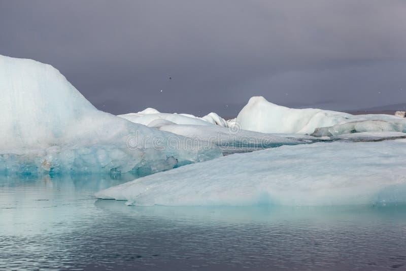 Айсберги в лагуне ледника Jokulsarlon, Исландии стоковая фотография rf