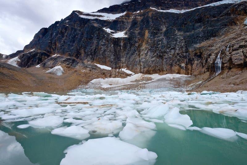 Айсберги в озере и горах морены стоковое фото rf