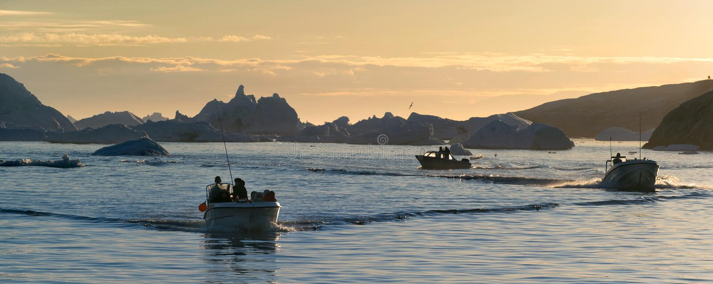 Айсберги и шлюпки в заливе диско стоковые фотографии rf