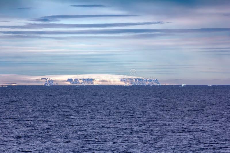 Айсберги, ледники, growlers в Северном океане стоковые изображения rf