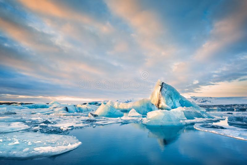 Айсберги плавают на лагуну ледника Jokulsarlon, в Исландии стоковое изображение rf