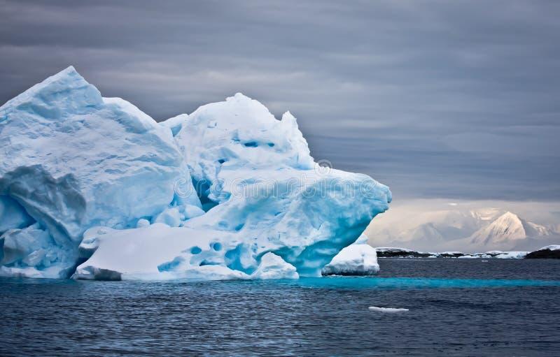 айсберг Антарктики огромный стоковые изображения rf