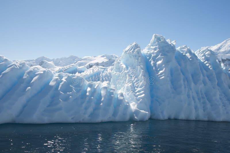 Айсберг в приантарктическом океане стоковое изображение rf