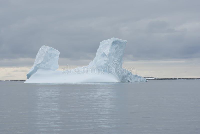 Айсберг в южном океане. стоковые фото