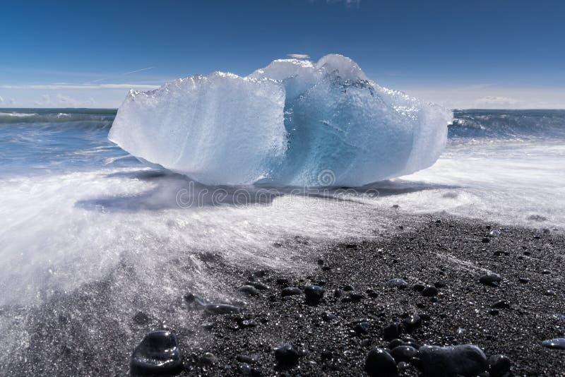 Айсберг на пляже отработанной формовочной смеси стоковые фотографии rf