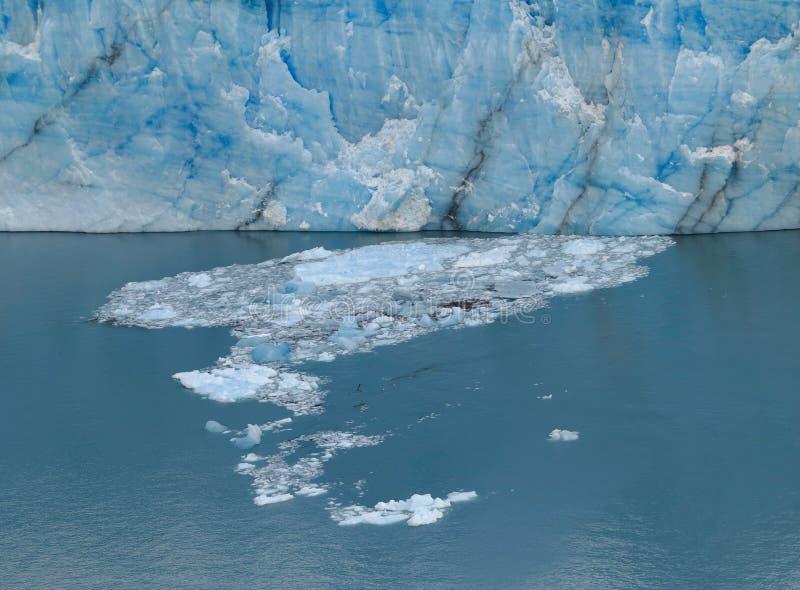 Айсберг Стена голубого льда Малые части льда плавая на поверхность воды стоковые изображения