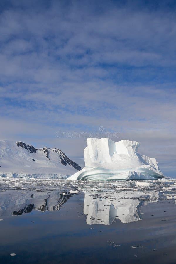 Айсберг сформированный водой стоковые фотографии rf
